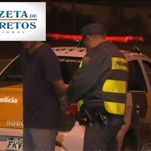 Homem capota veículo e é preso por dirigir embriagado
