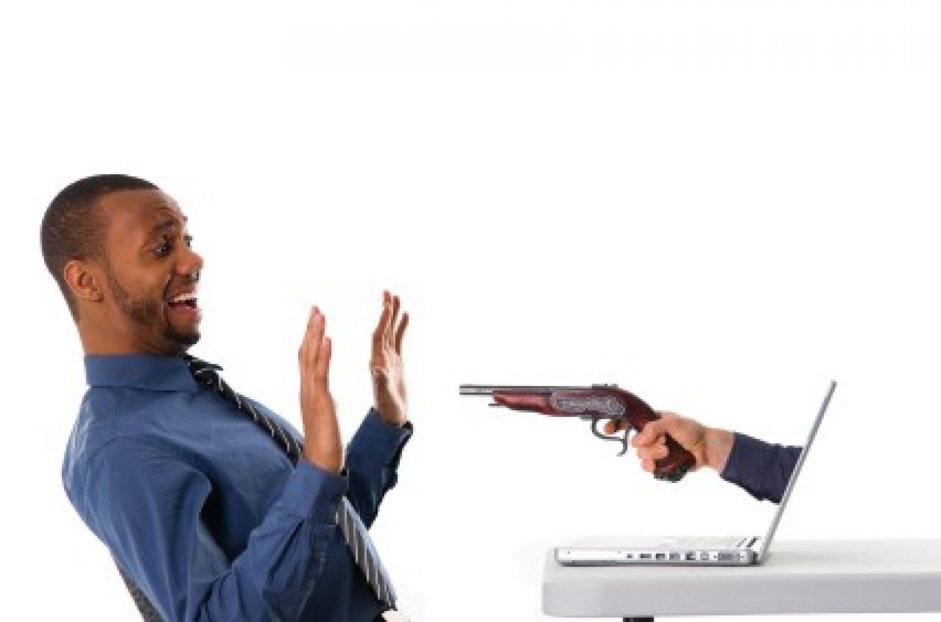 Ao efetuar compra pela internet, mulher é vítima de estelionato