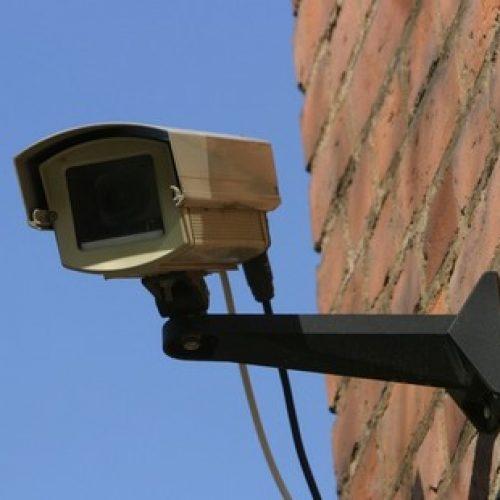 Câmeras flagram ladrões furtando Casa de Apoio no bairro Paulo Prata