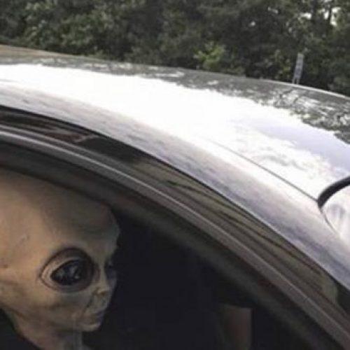 "Policial aborda motorista e encontra ""ET"" como passageiro"