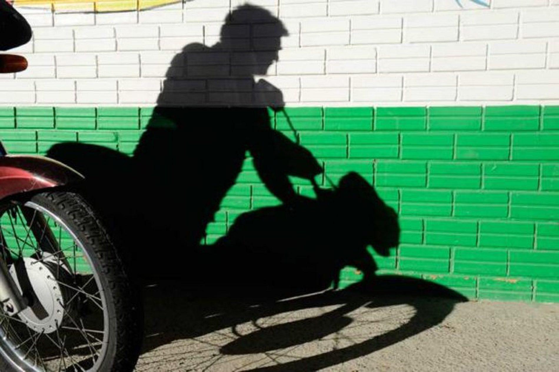 Furto de motocicleta em estacionamento de supermercado