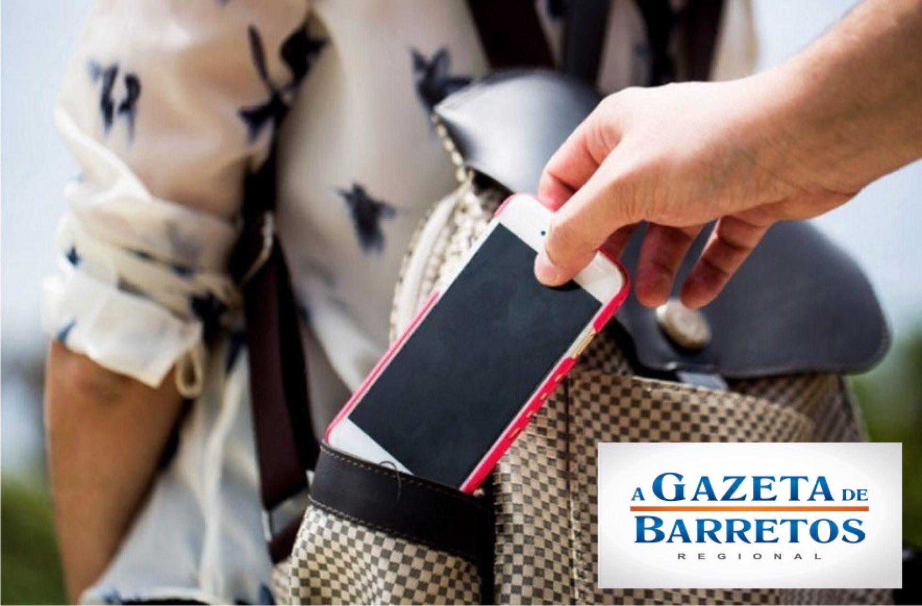Mulher tem celular furtado quando participava de culto