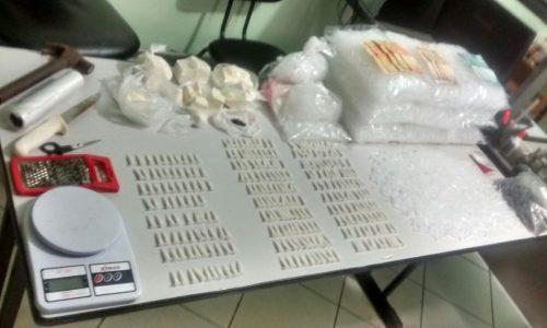 Policia Militar prende jovem e localiza drogas em residência no bairro Zequinha Amêndola