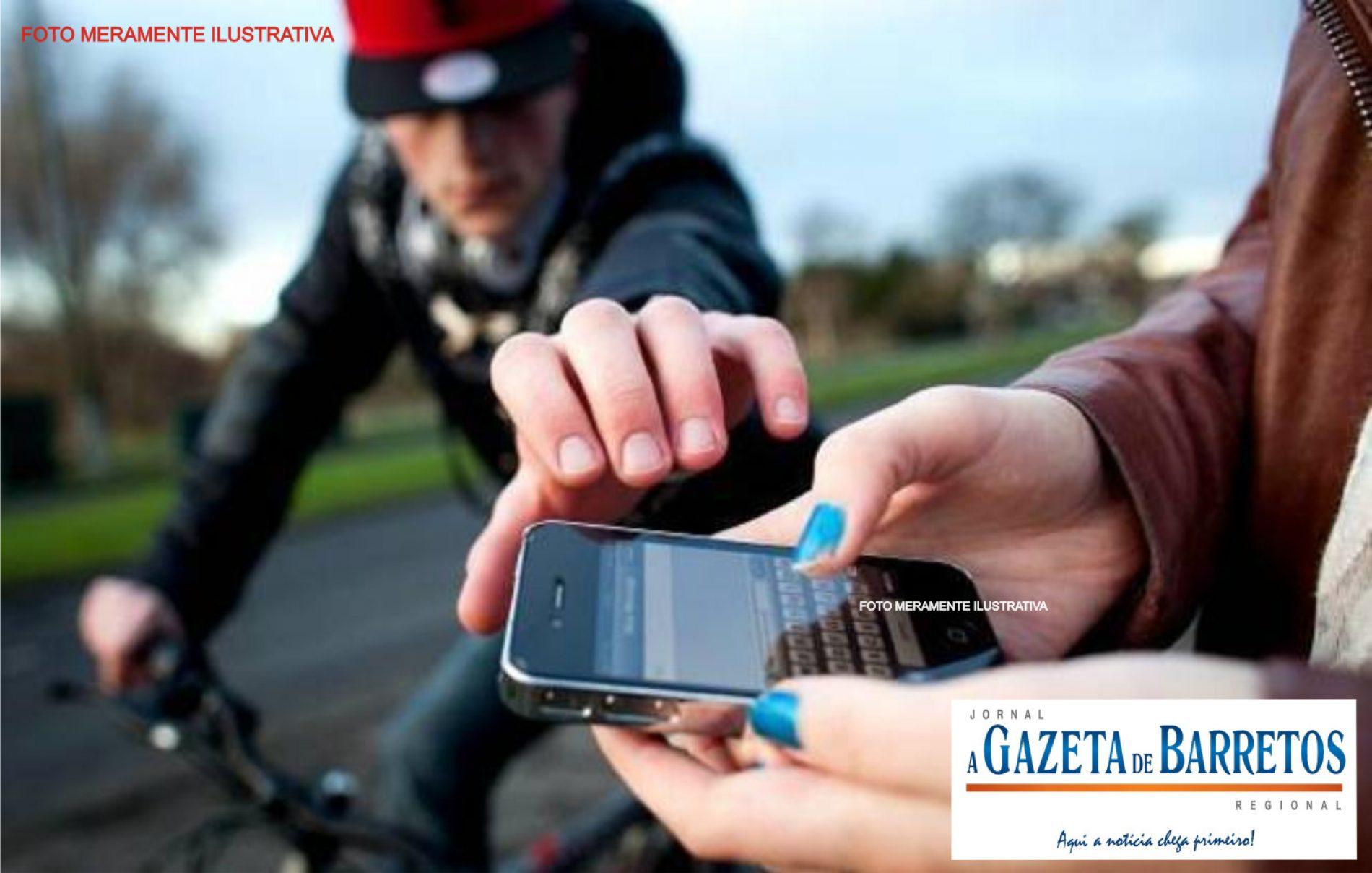 Costureira tem celular roubado na via pública