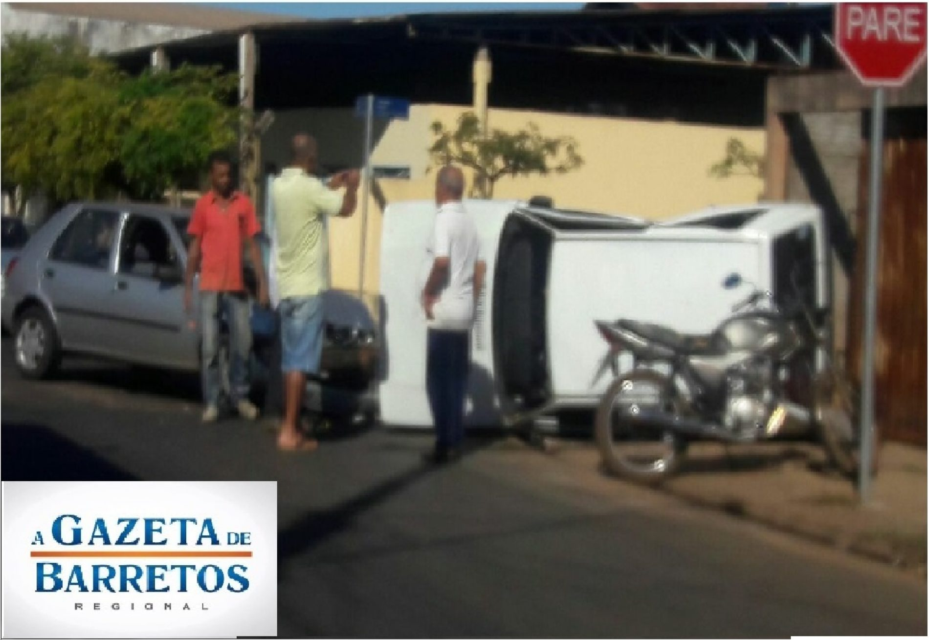 Acidente de transito faz  carro tombar na Av Guaira