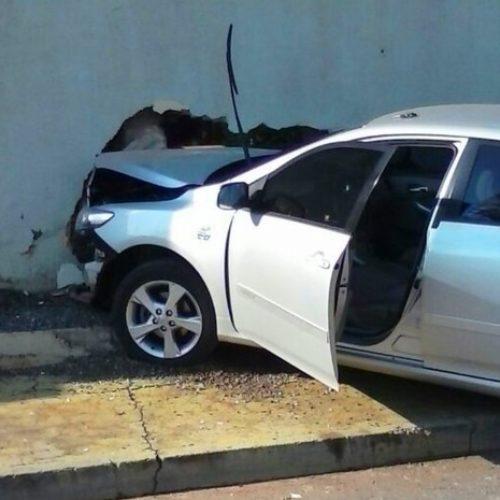 Veículo com cinco pessoas capota e colide com muro ao fazer a conversão para adentrar a Rua 34