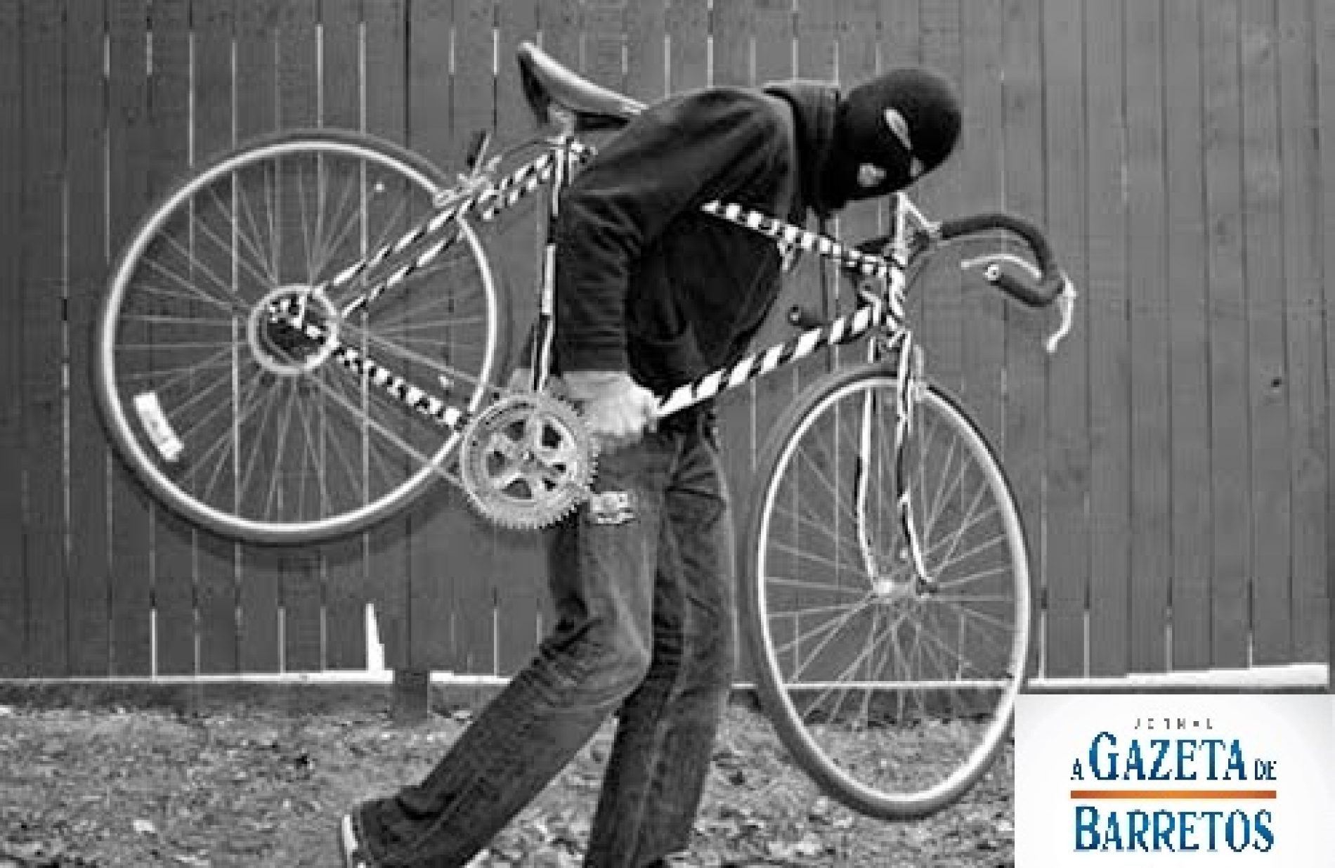Câmera flagra ladrões furtando bicicletas em residência