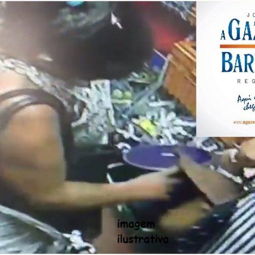 Câmeras flagram mulher furtando carteira dentro de loja no centro da cidade