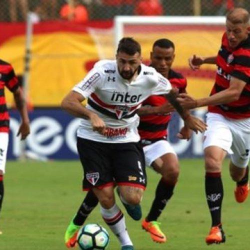 São Paulo bate Vitória em Salvador