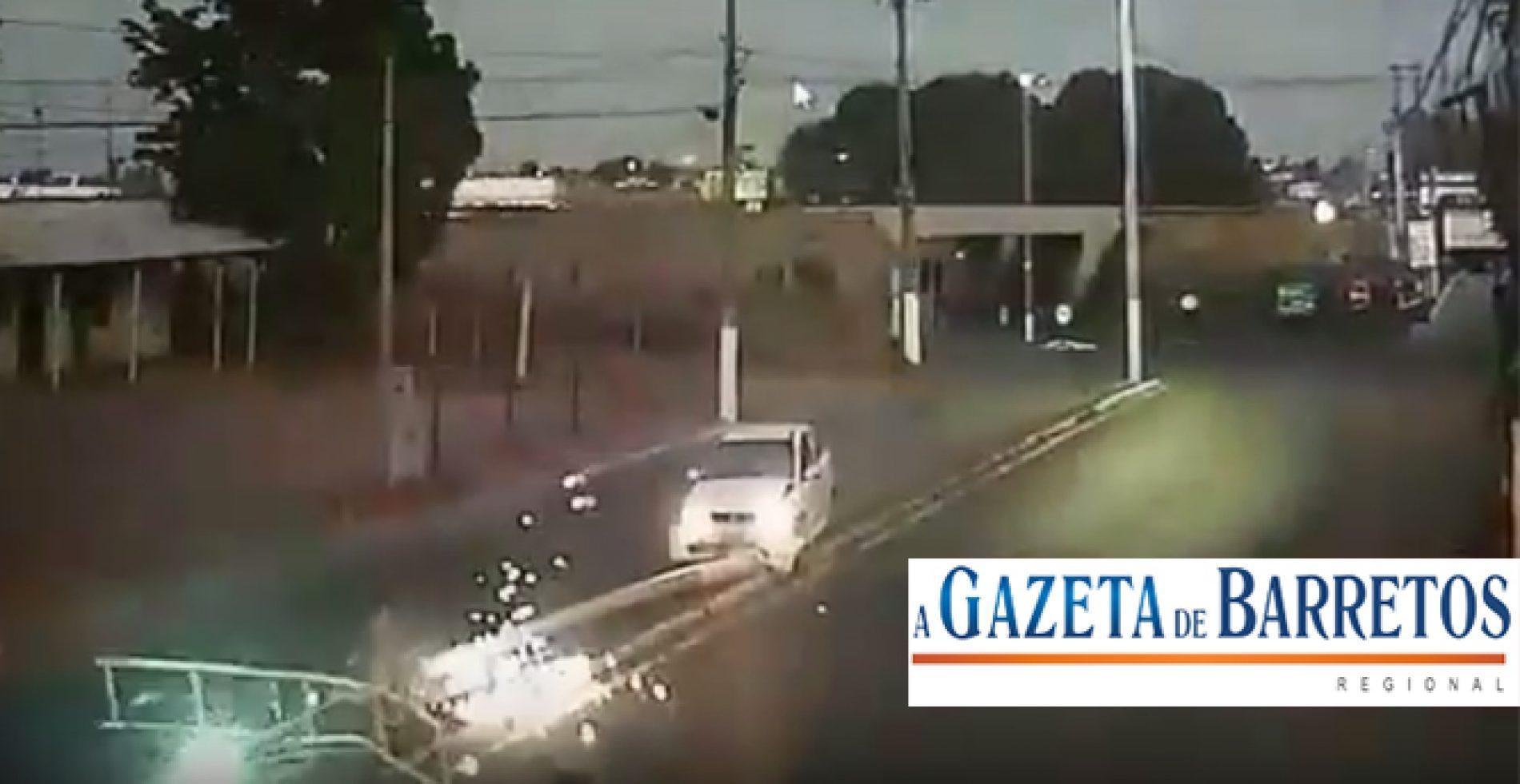 Vídeo mostra motorista atingindo e derrubando super poste em Barretos.
