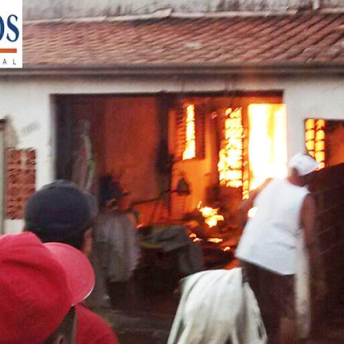 Casa pega fogo e moradores resgatam idosa e seu irmão, no Bairro América