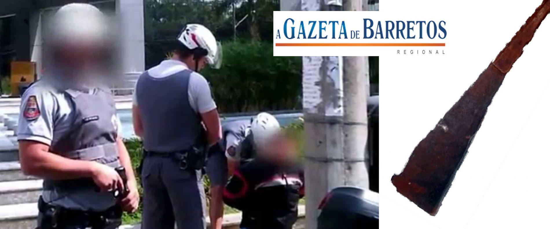 Homem é detido depois de ameaçar policiais com podão