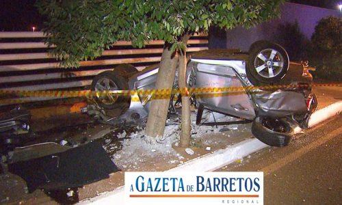 ACIDENTE: Jovem morre após veículo capotar e bater em poste