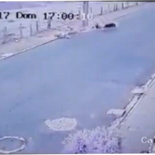 Imagens fortes: homem perde perna ao bater moto em poste