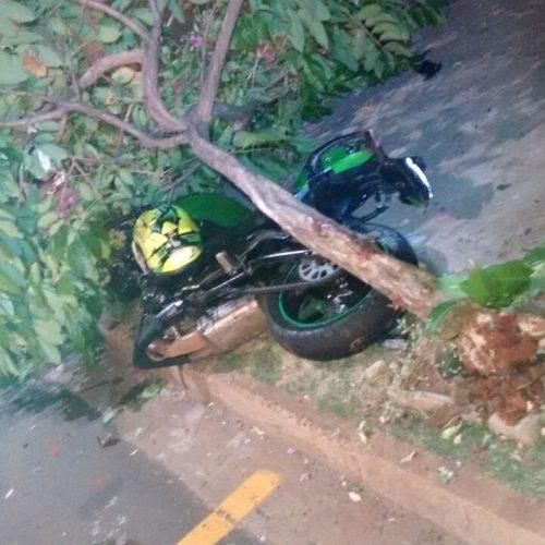 RIO PRETO: Motociclista perde o controle e bate em árvore e poste é salvo pela USI novo projeto do estado de São Paulo