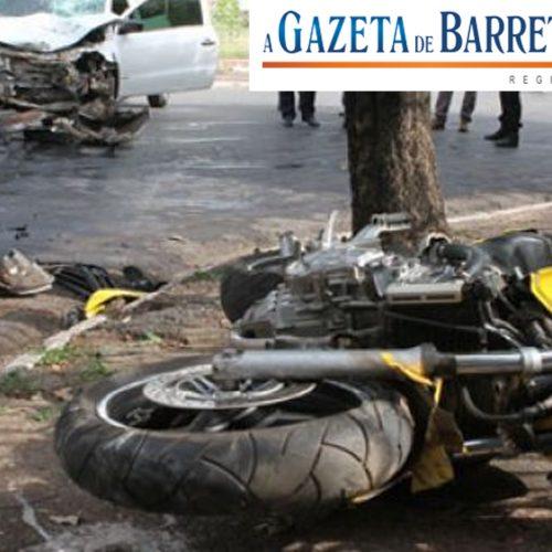 Acidente entre moto e carro no bairro Ibirapuera