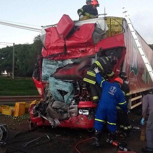 REGIÃO: Colisão traseira entre caminhões mata motorista