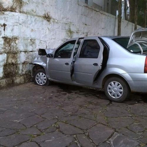 CAXIAS DO SUL: Homem foge de blitz, bate o carro no muro de cemitério e morre
