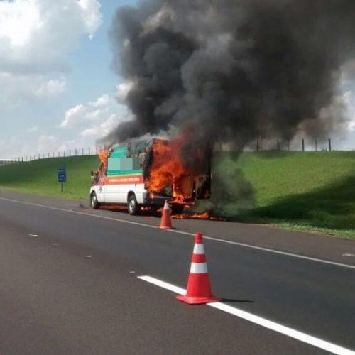 REGIÃO: Ambulância pega fogo em rodovia