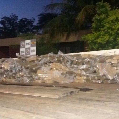 REGIÃO: Motorista é preso com quase 1 tonelada de maconha em fundo falso de caminhão