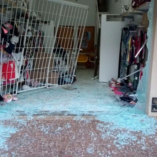 REGIÃO: Dupla destrói porta de loja com carro em marcha à ré e acaba presa pela polícia
