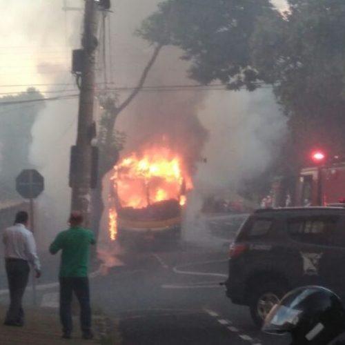 REGIONAL: Ônibus faz parada para pegar passageiros e pega fogo
