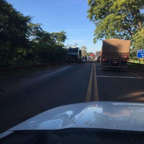 Acidente frontal gravíssimo entre caminhão e veículo foi registrado na ponte do Rio Pardo