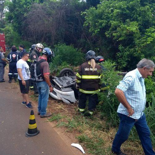 REGIÃO: Motorista tenta desviar de galinha e capota automóvel