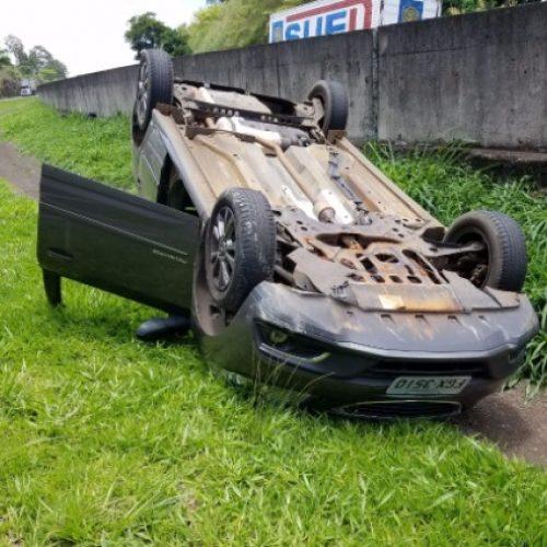 REGIÃO: Em fuga da Polícia, dupla capota carro roubado em Araraquara