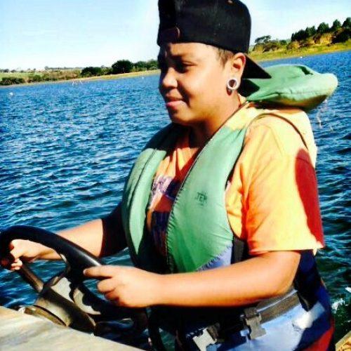 PR: Jovem escorrega de capô de veículo em movimento e morre atropelada