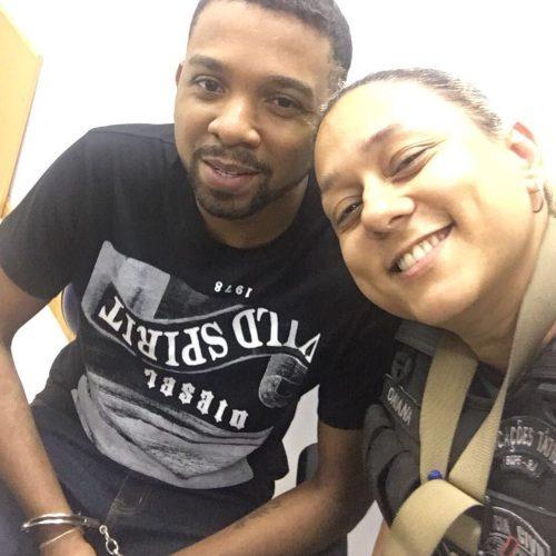 RJ: Rogério 157 aparece algemado e sorridente em selfies com policiais, após prisão