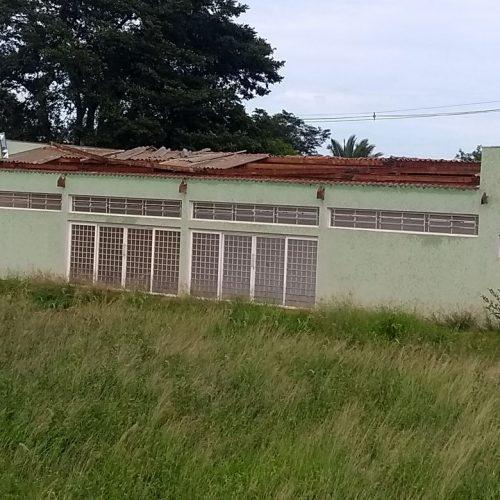 BARRETOS: Chuva arranca telhas e vândalos quebram vidros de portas e janelas em prédio no Bairro Leda Amêndola