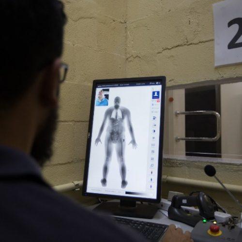 REGIÃO: Mulher é presa ao tentar passar por scanner de presídio com droga