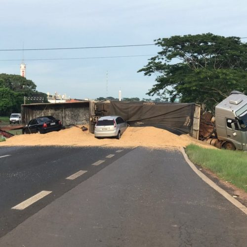 REGIÃO: Caminhão carregado de soja tomba após motorista passar mal