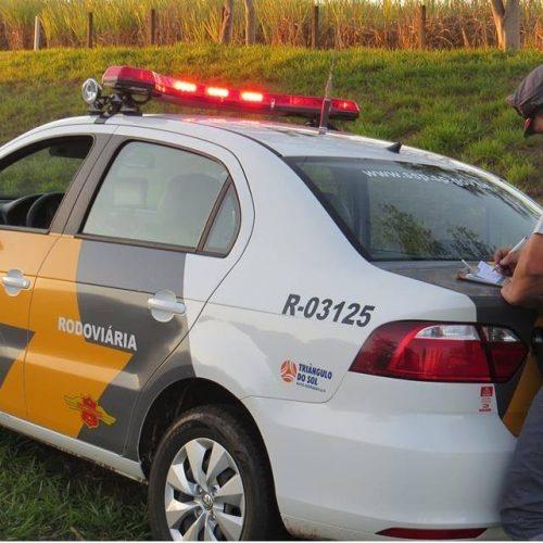 BARRETOS: Embriagado e com CNH suspensa, motorista bate carro contra viatura policial