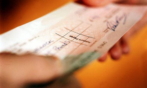 BARRETOS: Ladrão furta folhas de cheques em interior de veículo
