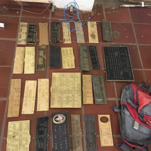 BARRETOS: Policia Militar encontra bolsa contendo várias placas de bronze nas imediações do Cemitério