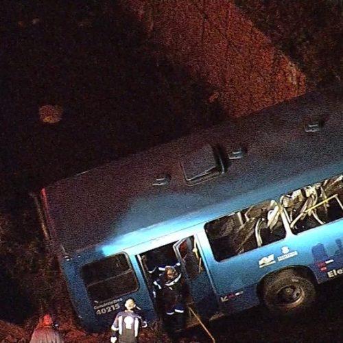 MG: Ônibus cai em córrego e deixa pelo menos 5 mortos na Região do Barreiro