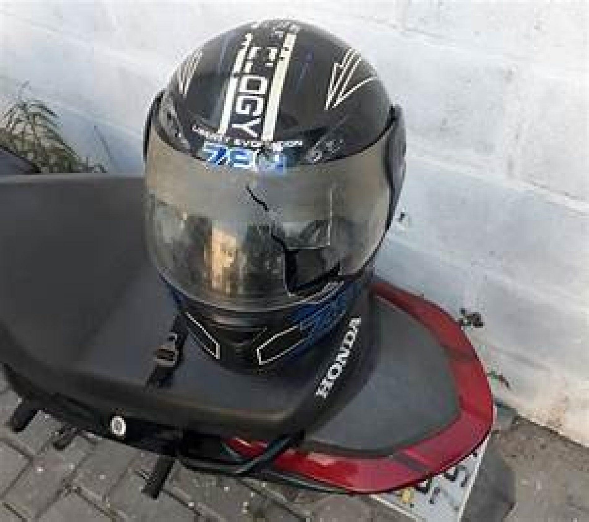 BARRETOS: Mulher danifica carro com golpes de capacete porque estacionaram em sua vaga
