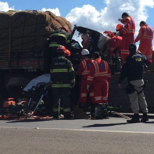 REGIÃO: Homem fica preso às ferragens após colisão traseira entre caminhões