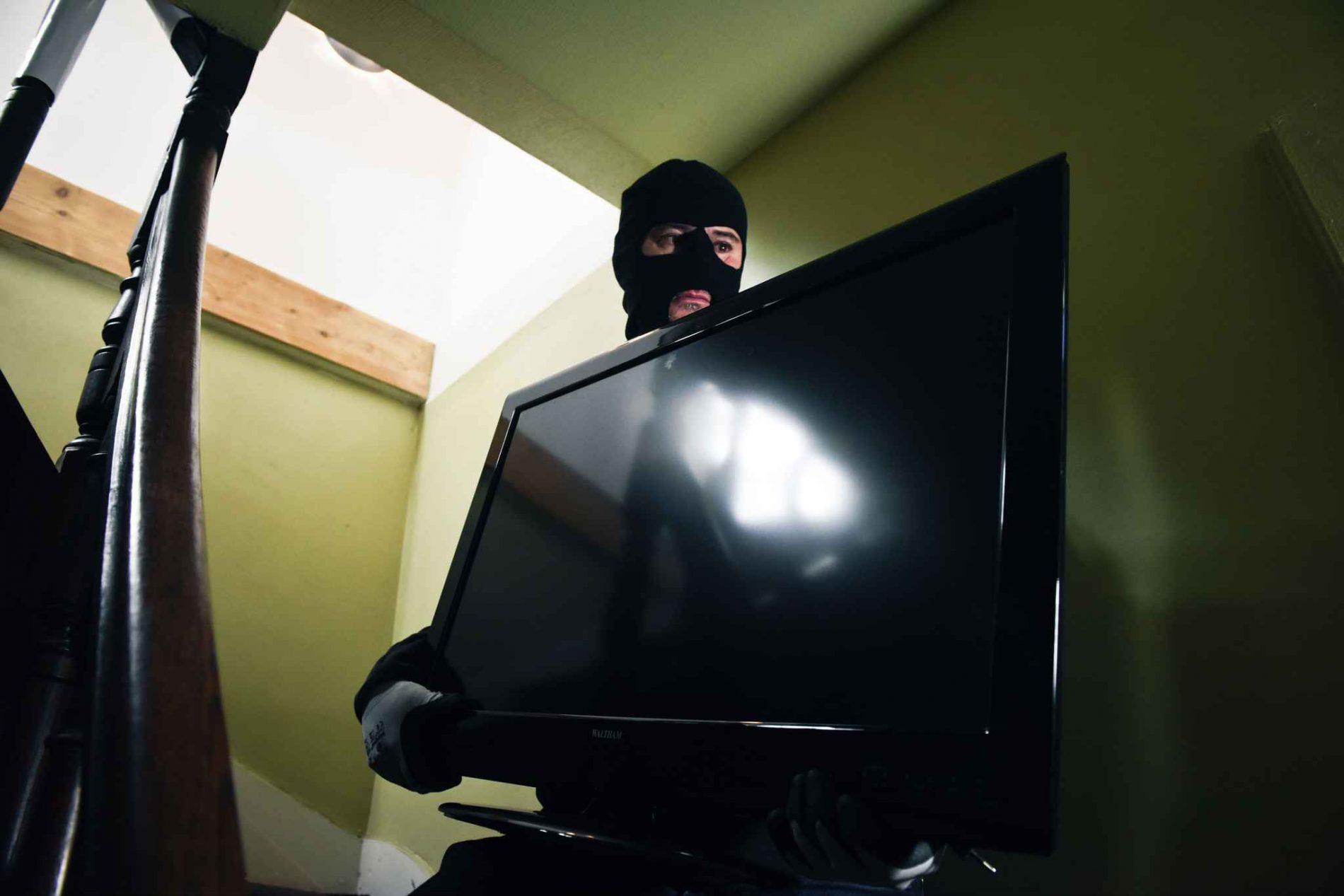 BARRETOS: Câmera flagra suspeito carregando televisor furtado