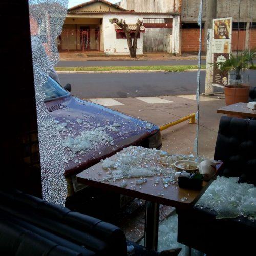 BARRETOS: Motorista perde controle do veículo e colide contra paredes de vidro de posto de combustível