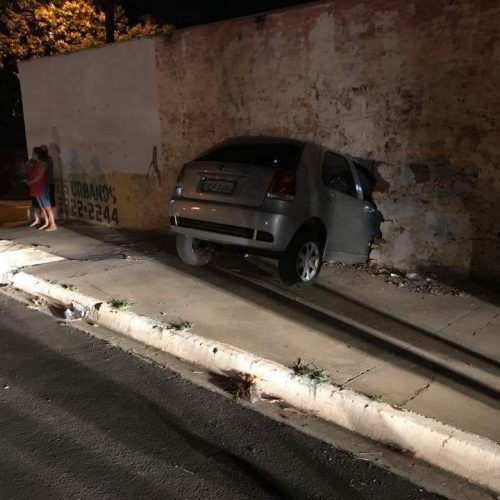 Barretos: Motorista perde controle de veículo na Av. José Ducati bate em muro e entra com veículo na sala de uma residência