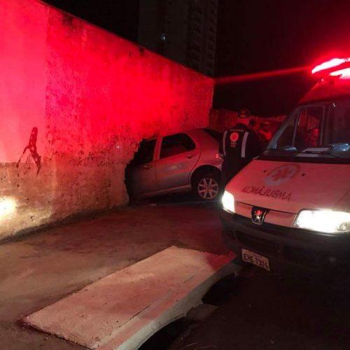 MATÉRIA COMPLETA: Mulher entra na contramão de direção e choca veículo contra residência na Avenida Engenheiro José Domingos Ducatti
