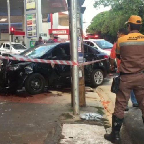 REGIÃO: Carro bate em moto e invade loja em avenida movimentada