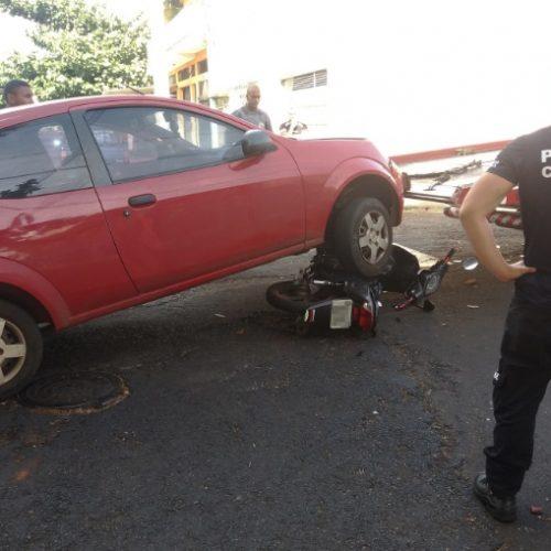 REGIÃO: Mãe e filho ficam feridos em batida entre carro e moto