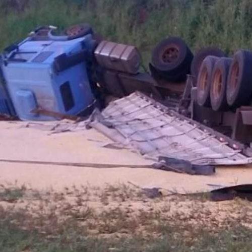 REGIÃO: Dois caminhões tombam em rodovias da região