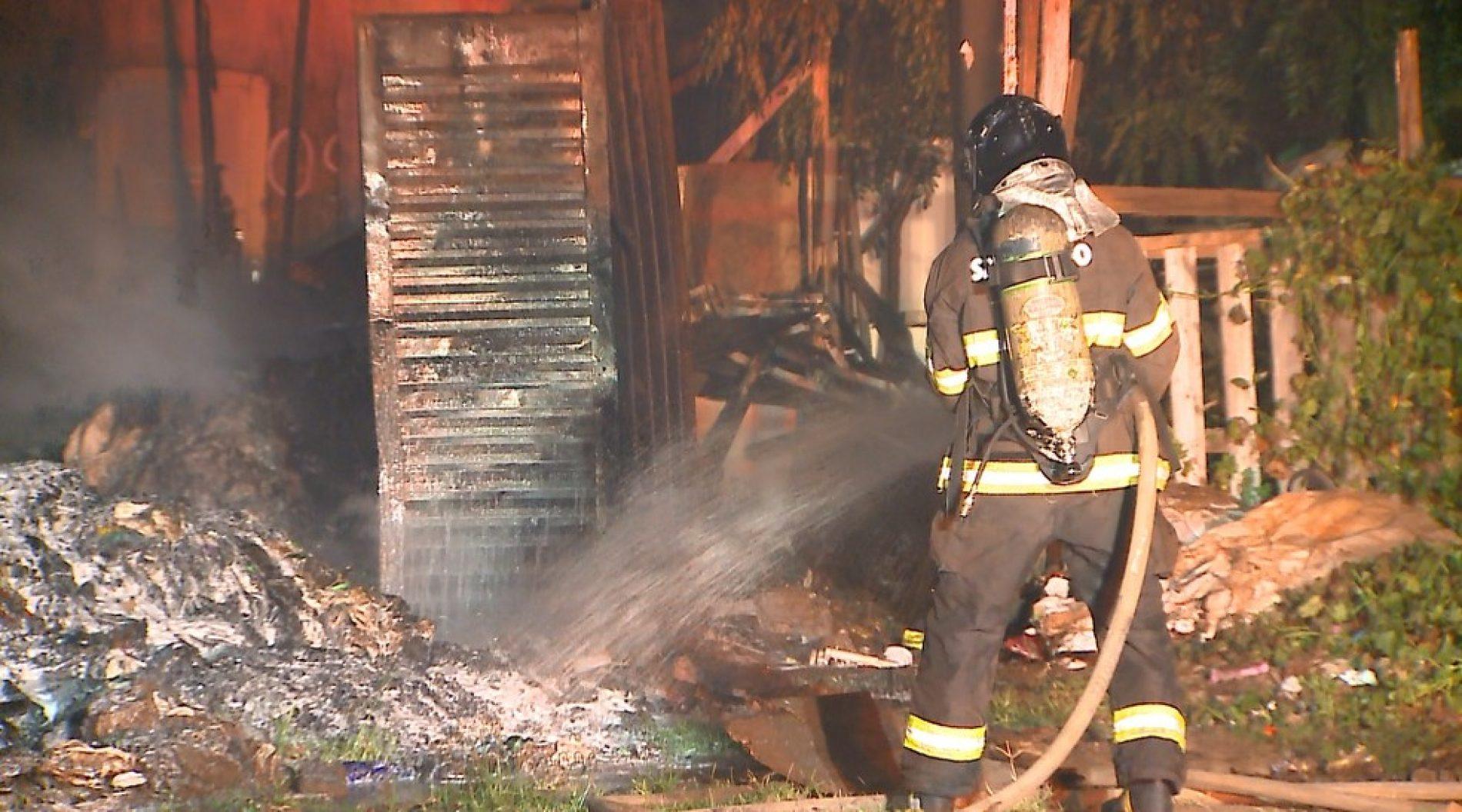 REGIÃO: Incêndio destrói barraco e atinge fiação elétrica em área invadida