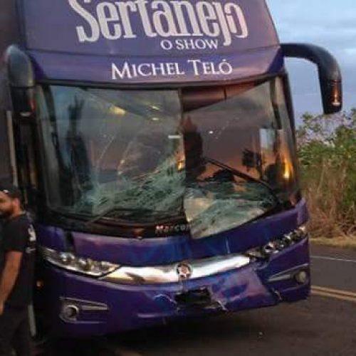REGIÃO: ÔNIBUS DE MICHEL TELÓ SOFRE ACIDENTE AO ATINGIR UMA VACA NA MANHÃ DESTA QUARTA-FEIRA