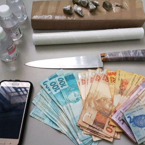 REGIÃO: Dupla é presa com R$ 3 mil, celular roubado e tijolo de maconha